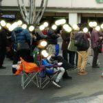 【ポケモンGO画像】錦糸町駅前で椅子に座りながら優雅にプレイ!この姿を擁護する奴いるのか!?